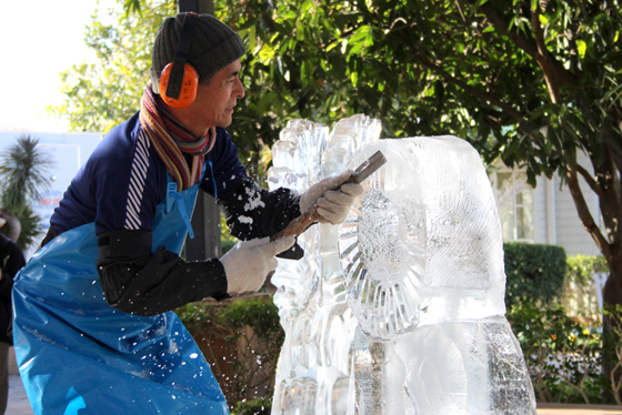 ice carving at Hunter Valley Gardens Snow Time