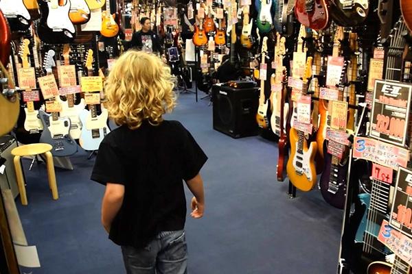 """Looking for """"The One"""" in Tokyo's Ochanomizu Guitar Street"""