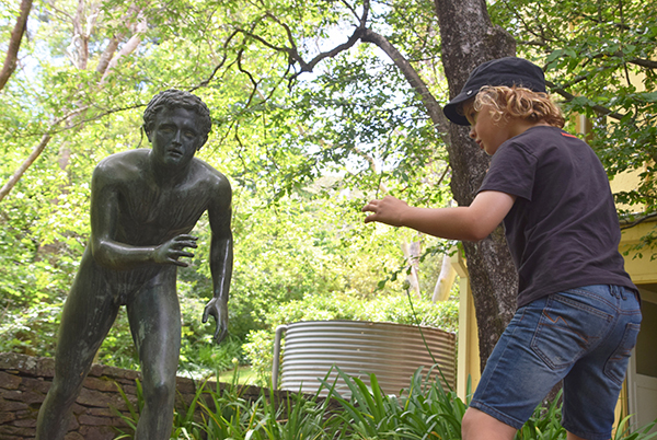 Raffles takes on The Wrestler at Everglades Gardens, Leura