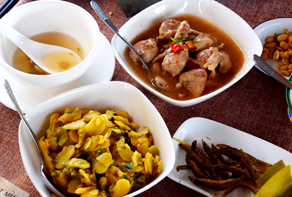 Burmese curries at lunch on Inle Lake #escapers17