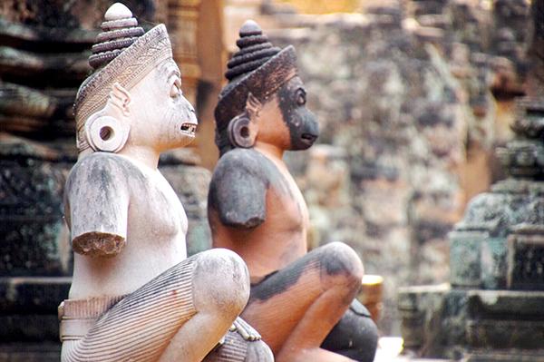 Hanuman statues at Bantey Srei