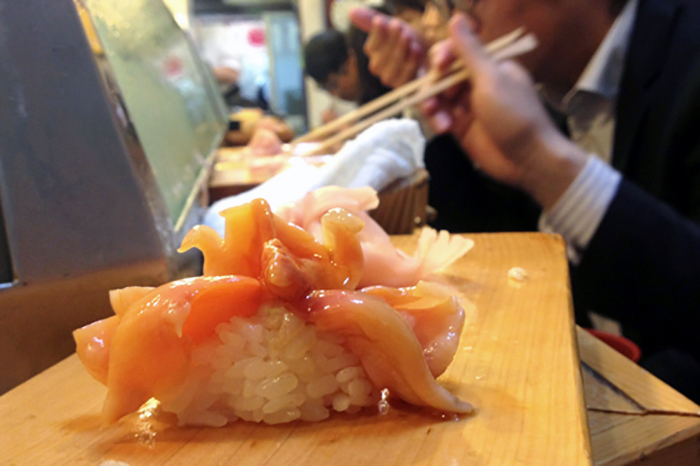 Sushi at Tsukiji - 12 must-visit specialty food streets in Tokyo \ BoyEatsWorld